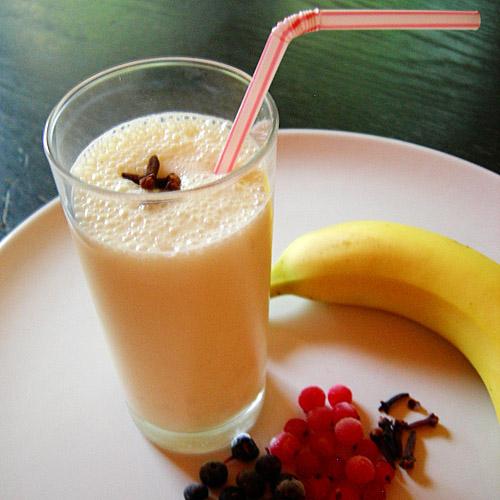 Банановый коктейль с медом и корицей.